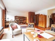 Wohnzimmer mit Leseecke und Kamin