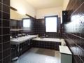 Bad mit Wanne und Dusche im Obergeschoss