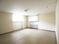 Großes, gut belichtetes Zimmer im Souterrain