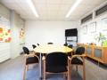 Büroraum mit großem Tisch