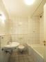 Badezimmer mit WC und Wanne