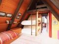 Kinderschlafzimmer mit Schlafmöglichkeit unter dem Dach