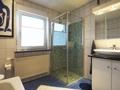 Badezimmer mit Fenster und ebenerdiger Dusche