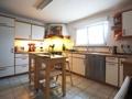 Küche mit Sitzgelegenheit und Fenster