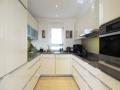 Einbauküche mit Miele-Geräten und Granitplatte