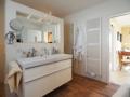 Badezimmer mit separater Dusche und WC