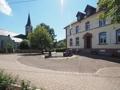 Der Dorfplatz mit Kirche und Rathaus