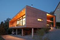 Schwebende Holzkiste über den Dächern von Hasserode