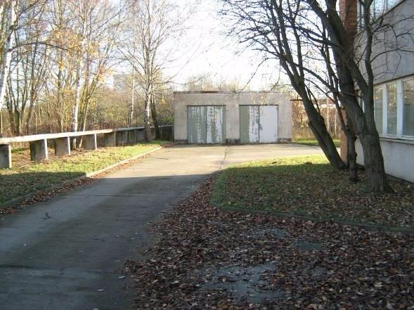 Bild 2 Gebäudeumfahrt und Garagen