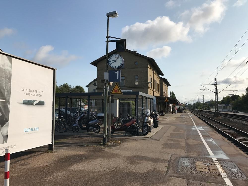 Westansicht + Bahnsteig 1