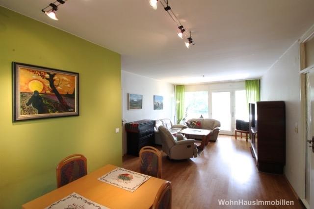 Wohnzimmer mit zwei Balkonen