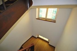 Gepflegtes und lichtes Treppenhaus