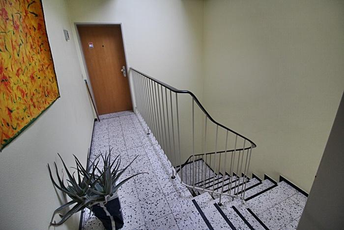 Treppenhaus mit rechter Eingangstür