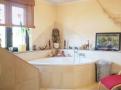 Badezimmer mit Eckbadewanne.png