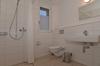 Badezimmer mit Dusche, WC und Lavabo