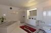 ...Dusche, Lavabo und Dusch-WC