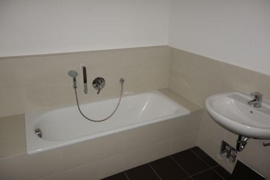 Bad mit Dusche und Baddewanne
