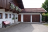 Hauseingang und Garagen