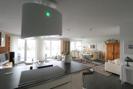 Blick von der offenen Küche auf das größzügige Wohnzimmer