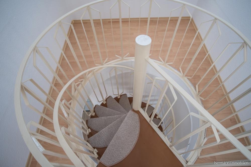 Eine Wendeltreppe führt in den Spitzboden.