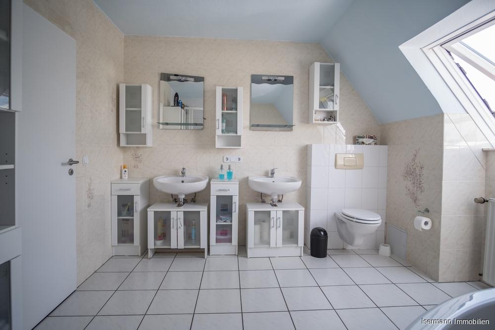 Das helle Tageslichtbad ist mit zwei Waschbecken...