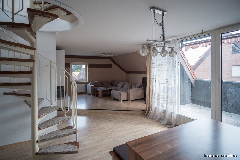 Der Wohn-/Essbereich ist von zwei Seiten belichtet und bietet viel Platz.
