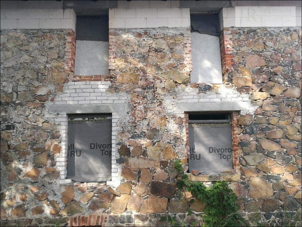 Fassade wartet auf neue Fenster