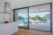 Küche mit Meerblick und Terrasse in Camp de Mar