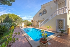 Lovely spacious villa with pool in El Toro investment