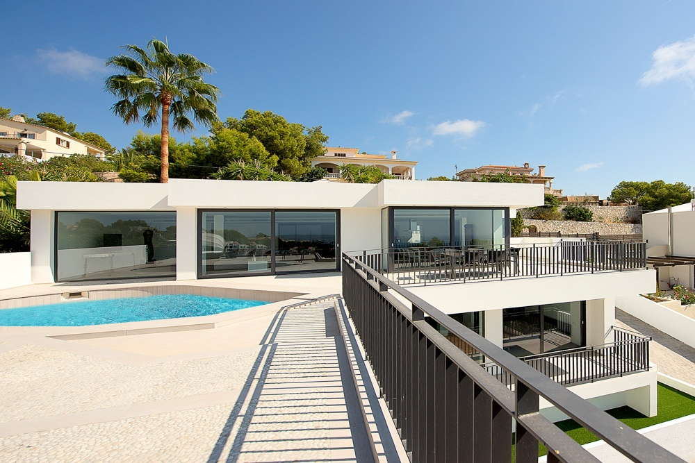This chic modern villa was completely renovated in 2014 and offers stunning sea views the ultimate comfort in a prime location  The property is located in