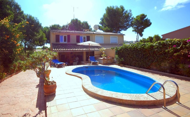 Well kept semi detached house with large garden and private pool