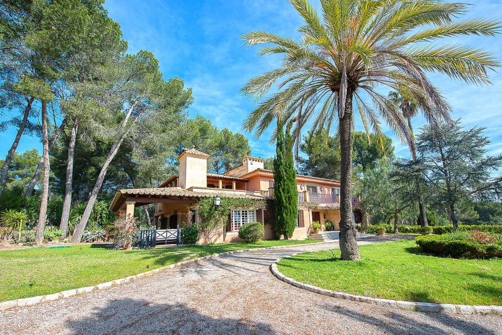 This romantic villa with beautiful panoramic view  is located in the sought after suburb of Son Vida in Palma de Mallorca    The distribution of the approx