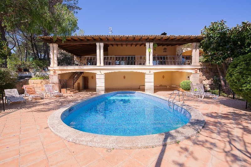 This wonderful villa with lots of privacy is located in the sought after location of Son Vida  Palma de Mallorca    The distribution of the approx
