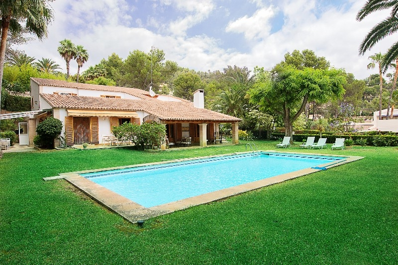 Mediterranean style villa in an exclusive residential area of Son Vida     This beautiful property has a living area of approx