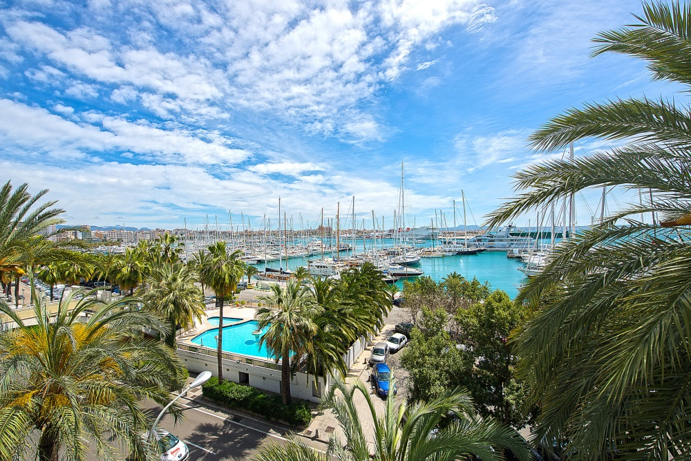 Apartment with harbour views on Paseo Maritimo