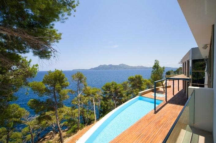 Distinctive, luxury waterfront villa in prime position  - exuberant and exclusive
