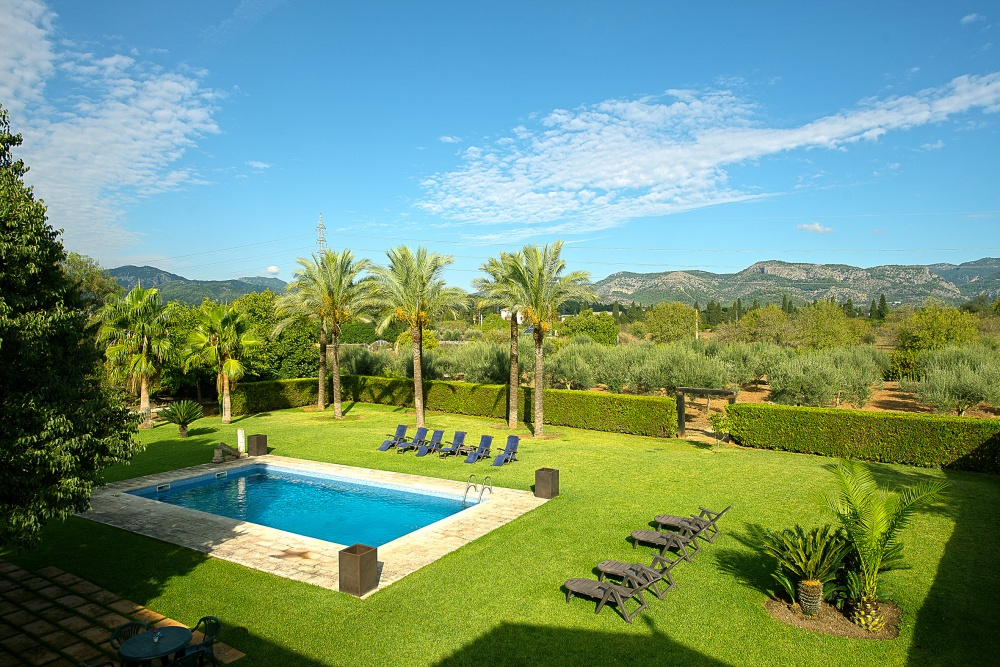 This charming mansion with well grown garden is located in Son Sardina  close to the capital Palma    The living area of approx  1
