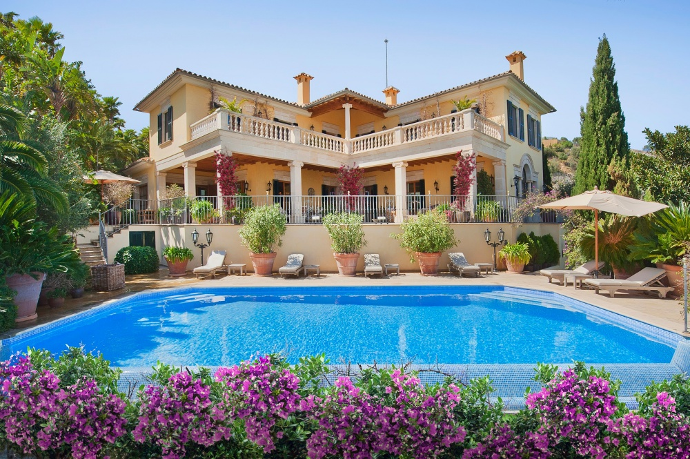 This rustic style semi-detached villa is constructed by a renowned Mallorcan architect and is positioned on one of the most beautiful coastlines of Palma at