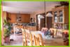 Der Blick vom Essplatz zur Küche.