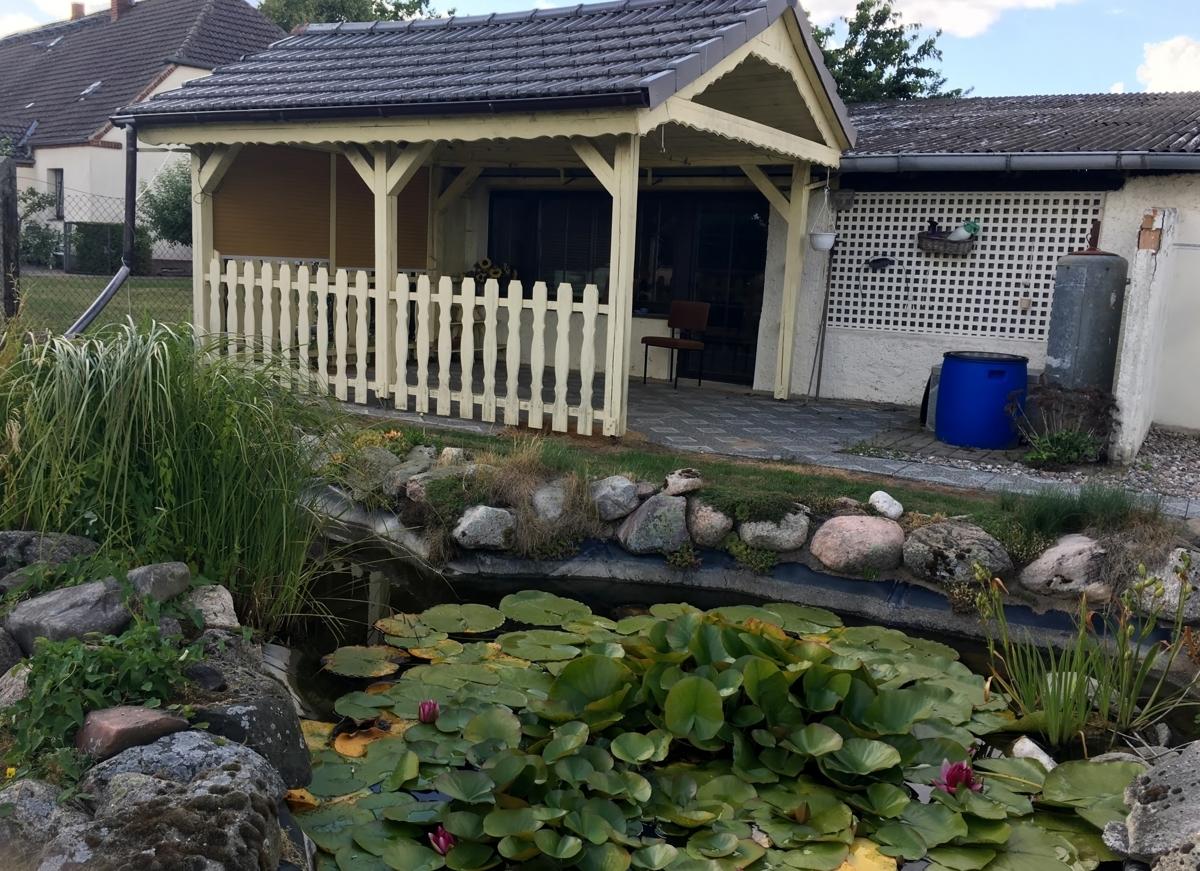 Nebengebäude und Teich