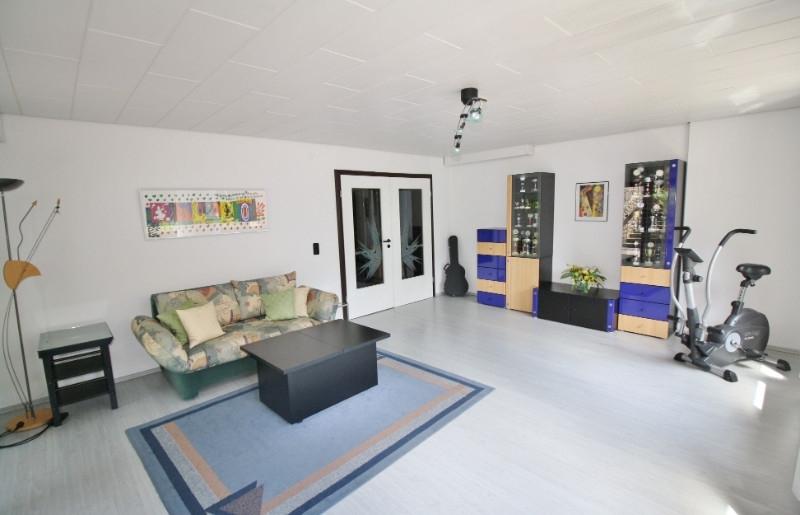 großes Zimmer im Souterrain