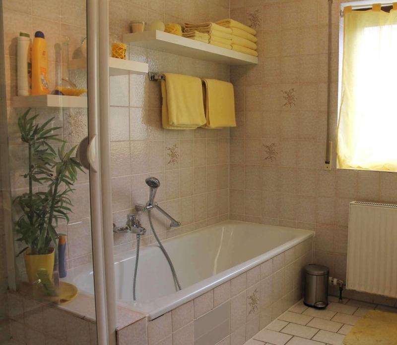 Sonniges Bad - mit Dusche und Wanne