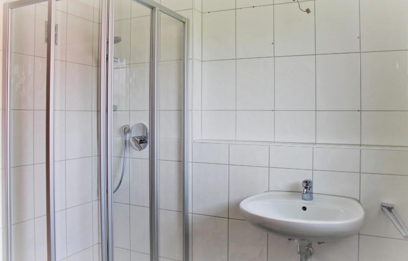 Mit Dusche und Wanne