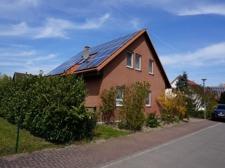 Hausansicht mit Photovoltaikanlage