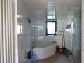 Bad mit Eckwanne und Dusche