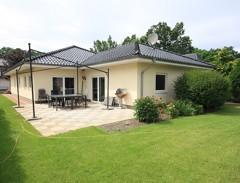 Großzügiger Bungalow mit Doppelgarage und bester Ausstattung auf sonnigem Gartengrundstück!