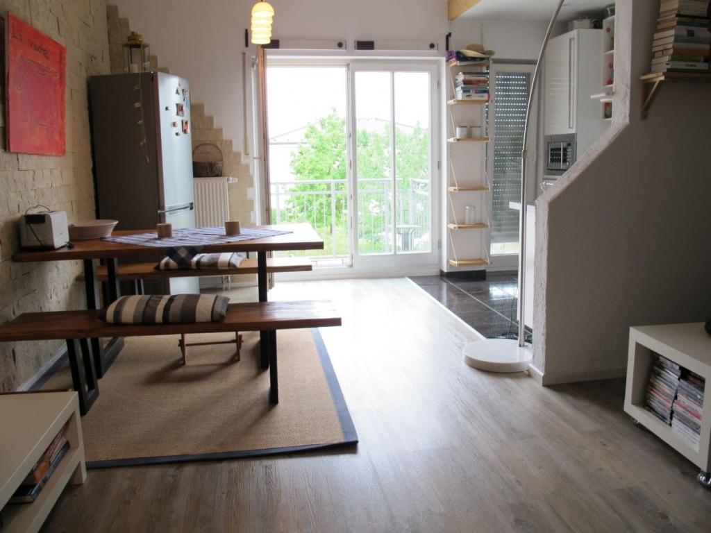 Essbereich mit amerikanischem Kühlschrank