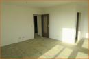 Wohnzimmer mit Blick auf den Flur und die abgehende Küche
