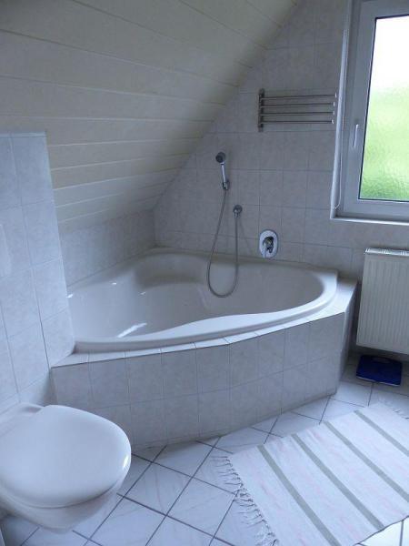 Eckbadewanne und WC