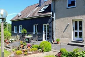 2451 Eingang Altbau und Terrasse Anbau
